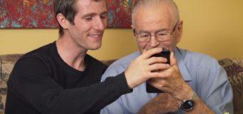 Видео о том, как внук знакомит деда с виртуальной реальностью, стало хитом