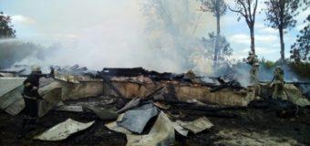 В селе на Житомирщине с самого утра тушат горящую церковь. Фото