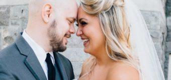 Сеть «взорвало» фото невесты, кормящей младенца во время венчания