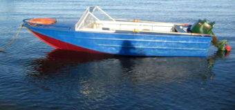 В Запорожье катер врезался в баржу: пострадала молодая семья