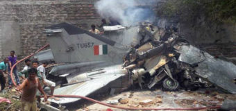 В Индии истребитель врезался в жилой дом. Фото