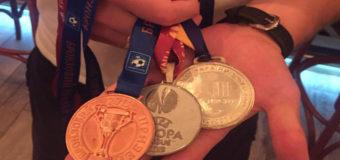 Украинский футболист продает медали, чтобы помочь детям. Фото