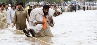 На севере Пакистана наводнение смыло мечеть с людьми