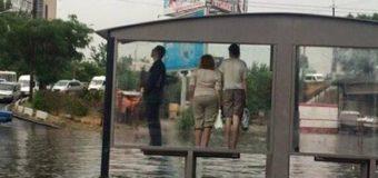Днепр затопил ливень: люди спасаются от воды на скамейках. Видео