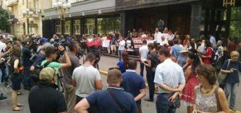 Митинг под ГПУ: активисты жгут файеры, стены облили красной краской. Фото