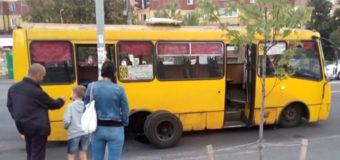 Фотофакт: у киевской маршрутки на ходу отвалилось колесо