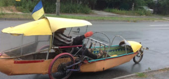 По Киеву ездит дед на вело-лодке. Фото