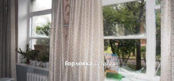 Новые фото Горловки после обстрела: повреждены школа и здание ж/д вокзала