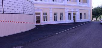 Перед визитом Порошенко харьковчане красят асфальт. Фото