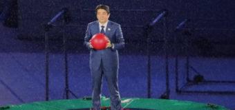 Японский премьер на Олимпиаде появился из трубы в виде Марио. Фото