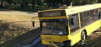 В Киеве автобус с людьми вылетел с дороги