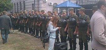 У посольства России в Киеве произошли столкновения. Видео