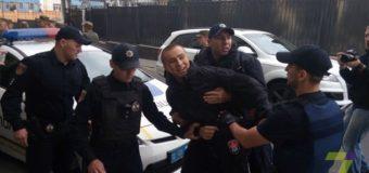 В Одессе Правый сектор пытался заблокировать проход в консульство РФ. Фото