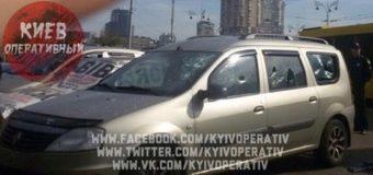 В Киеве у железнодорожного вокзала обстреляли автомобиль. Фото