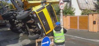 В Киеве автокран упал на жилой дом. Фото