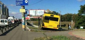 В Киеве большой автобус с пассажирами слетел с дороги. Фото