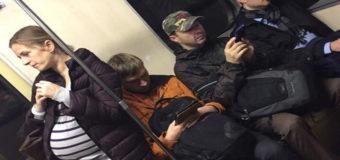 Фото с беременной женщиной в киевском метро шокировало соцсети. Фото