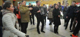 В Москве на вокзале люди спели хором украинскую песню. Видео