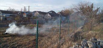 В Николаеве парня избила семейная пара за просьбу не сжигать листья. Видео