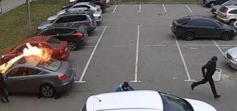 Обнародовано видео, как в Харькове средь бела дня подожгли авто на парковке