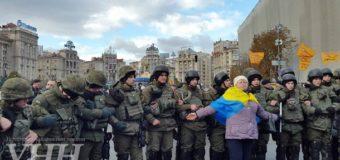 В центре Киева митингующие вкладчики подрались с полицией. Видео. Фото