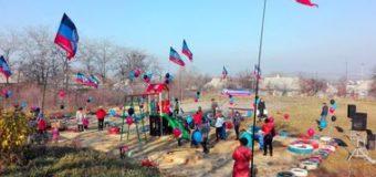 Флагов было больше, чем людей: сеть насмешила детская площадка боевиков. Фото