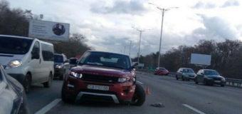 Фотофакт: Под Киевом столкнулись внедорожник и легковушка