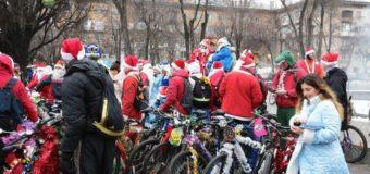 Десятки Дедов Морозов в Запорожье приняли участие в велопробеге
