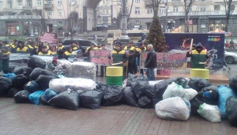 Фотофакт: В Киеве с пакетами мусора протестуют владельцы МАФов