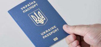 Крымчане массово скупают загранпаспорта в Украине
