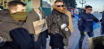 Фотофакт: У Верховной Рады повесили чучела браконьера и еврооптимиста