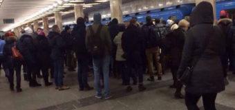 Киевляне спасли мужчину, который упал под вагон поезда в метро