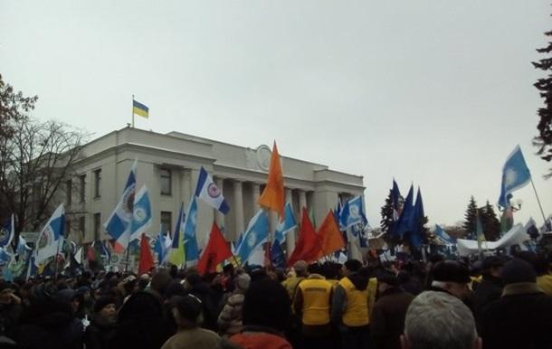 Под ВР тысячи людей протестуют против новых тарифов ЖКХ. Видео
