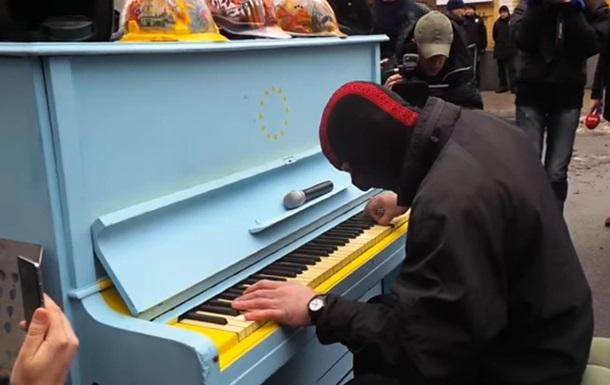 Пианист сыграл реквием возле офиса Порошенко. Видео