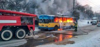 В Чернигове загорелся троллейбус с пассажирами внутри. Видео