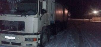 На Житомирщине местные задержали фуры со львовским мусором. Фото