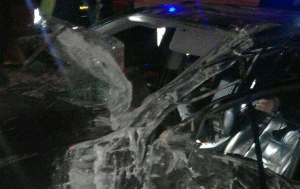 В Киеве Lexus на скорости 200 км снес дерево. Фото
