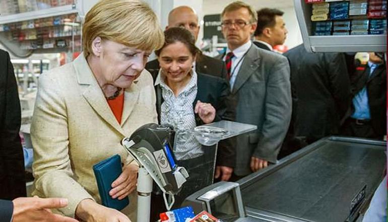 Меркель застукали в супермаркете с картошкой и творогом