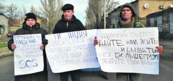 Одесситы с плакатами перекрыли проезд грузовикам