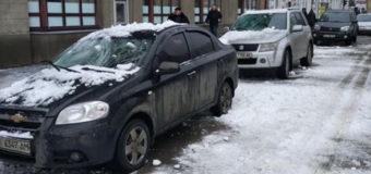 В Харькове глыба льда разбила две машины