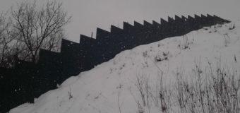 Скандал на киевской горе: представители мечети демонтируют двухметровый забор