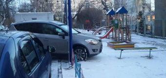 Киевский автохам на детской площадке «взорвал» Сеть. Фото