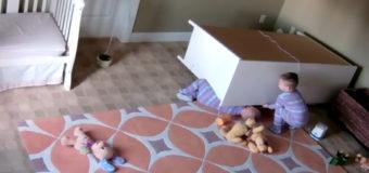 Двухлетний малыш спас брата-близнеца, на которого упал комод. Видео