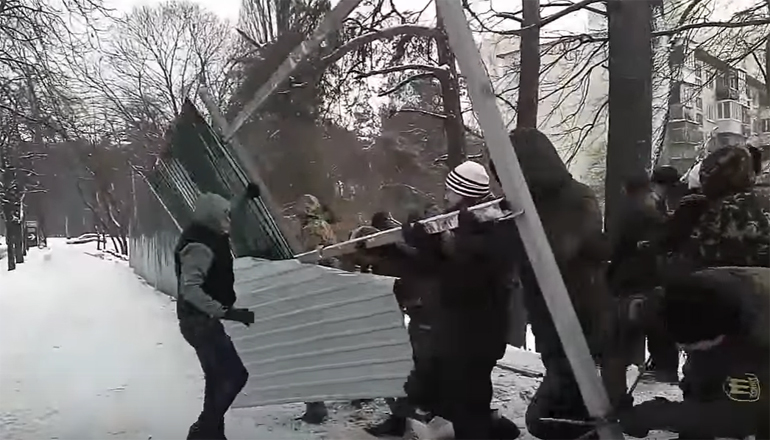 Скандал: киевляне прогнали представителей застройщика. Видео