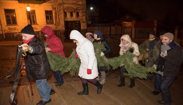 Киевляне в новогоднюю ночь вручили «похоронный» венок Театру на Подоле. Фото