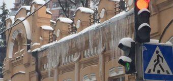 Над киевлянами нависли сосульки-убийцы. Фото