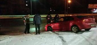 В Киеве неадекватный водитель на Mitsubishi влетел в АЗС. Фото