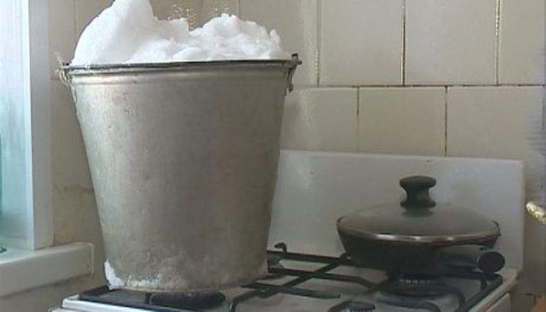 У 80 тысяч одесситов нет воды: люди растапливают снег