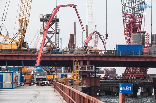 Строители моста из Крыма в РФ выполнили половину свайных работ. Фото