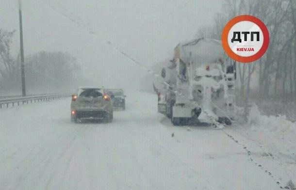 Под Киевом легковой автомобиль «загнал» трактор в грузовик. Фото